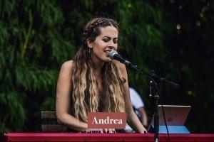 Andrea - Pianista y cantante para bodas