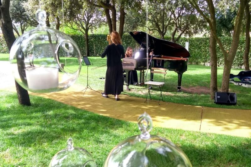 Nuria y Gemma en la boda de E&M